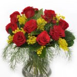 Bouquet rose rosse e mimosa